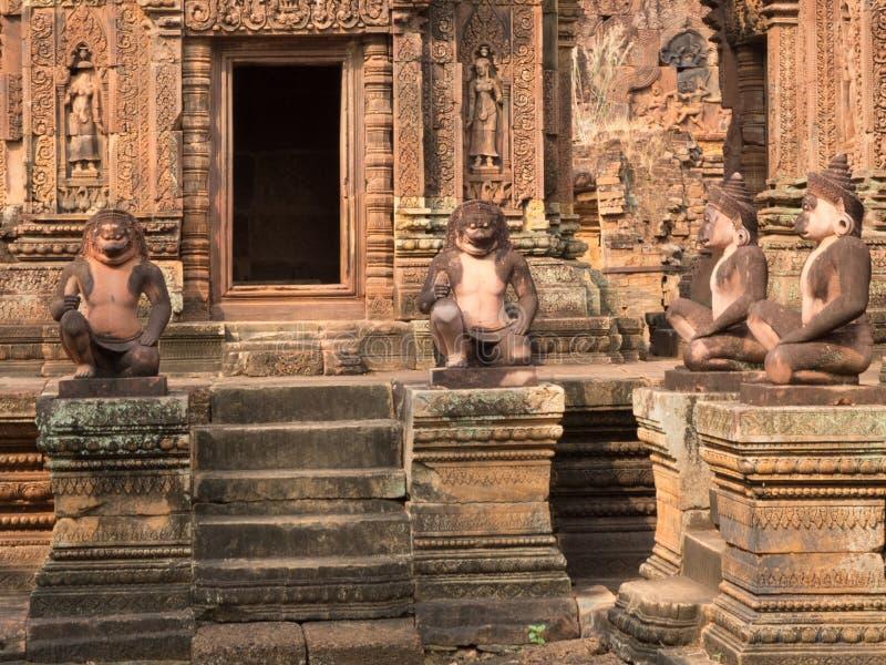 Gardiens de singes dans Banteay Srei - temple rose - citadelle des femmes dans Angkor, Cambodge photographie stock libre de droits