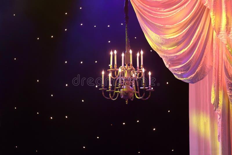 Gardiner med gul belysning och ljuskronan royaltyfri fotografi