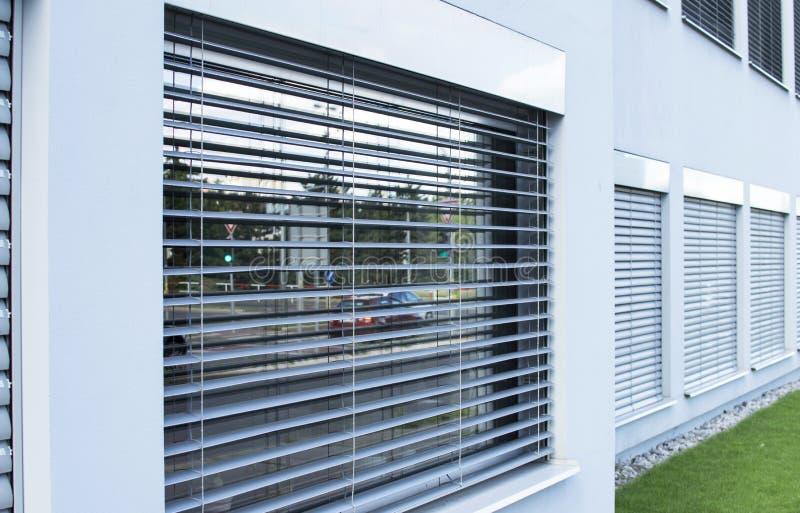 Gardiner rullgardiner på fönstren utanför etableringen royaltyfri bild