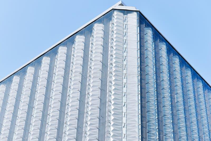 gardinvägg av modern kommersiell byggnad arkivbilder