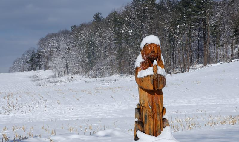 Gardners, PA/EUA - em março de 2019: A estátua de Jesus cobriu com a neve no frio, dia de inverno foto de stock
