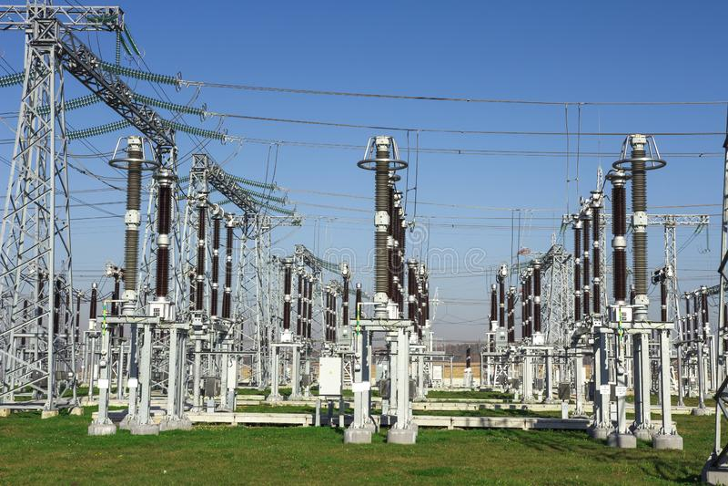 Gare électrique Équipements à haute tension sur la centrale  Distribution industrielle de l'électricité Lignes à haute tension photos stock