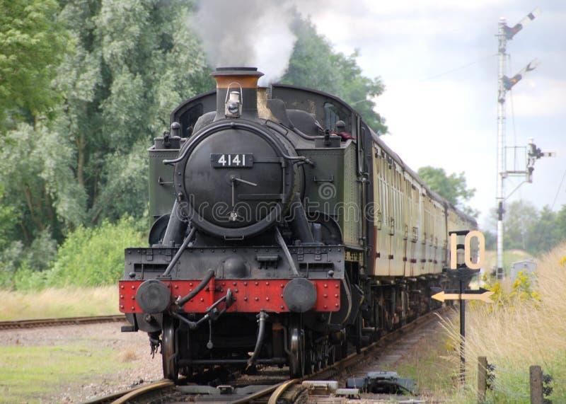 Gare de approche de train de vapeur images stock