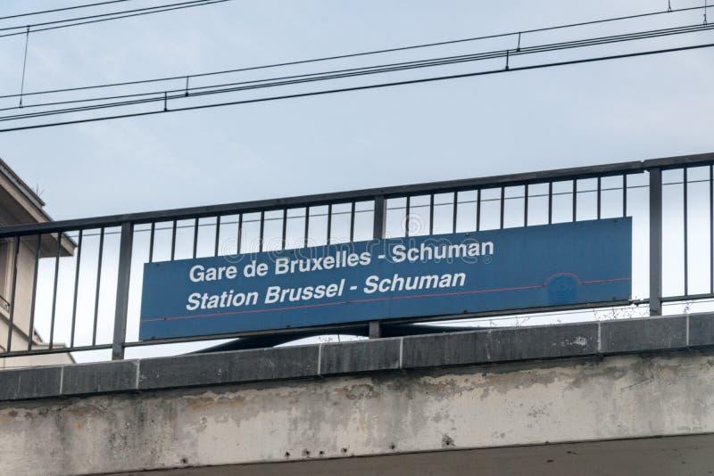 Gare de Bruxelles - Schuman Bahnhof Brüssel - Schuman - Bahnhofsschild lizenzfreie stockbilder