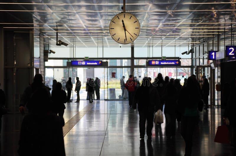 Gare de chemin de fer avec l'horloge, les gens à Vienne photos libres de droits