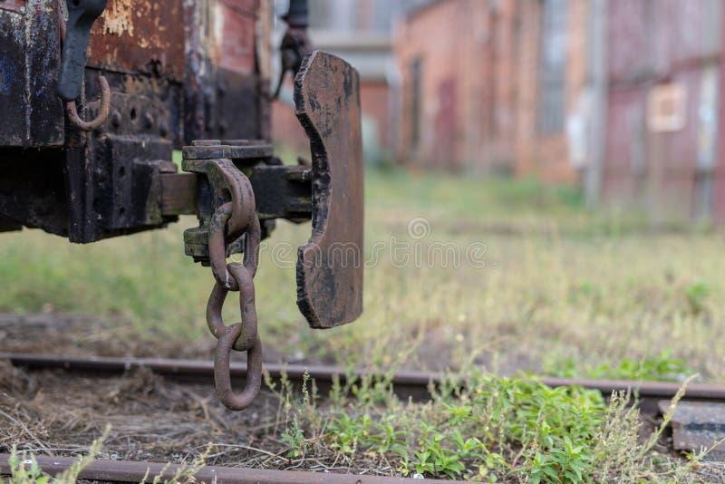 Gare ferroviaire à voie étroite dans une petite ville Chariots et locomot photos libres de droits