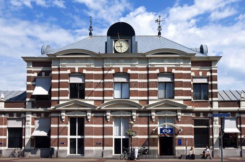 Gare ferroviaire antique de Hoorn avec des voyageurs photos libres de droits