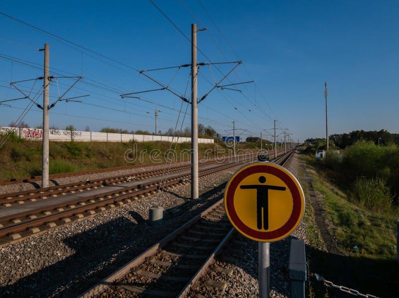 Gare ferroviaire avec le bouclier et le ciel bleu photographie stock libre de droits