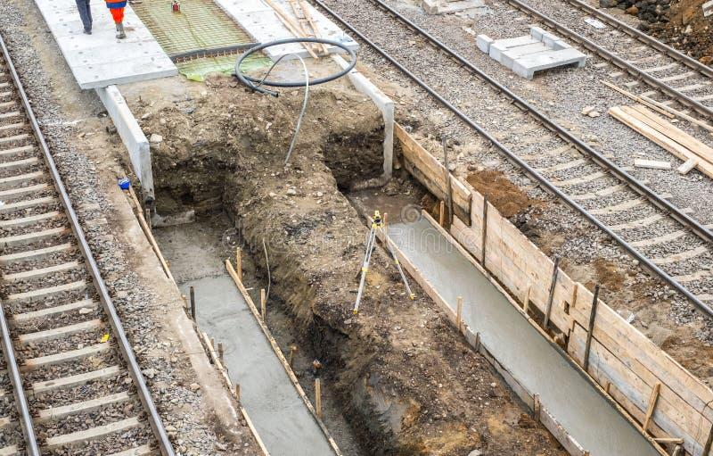 Gare ferroviaire centrale dans la rénovation et la modernisation, reconstruction des plates-formes entre les lignes images libres de droits