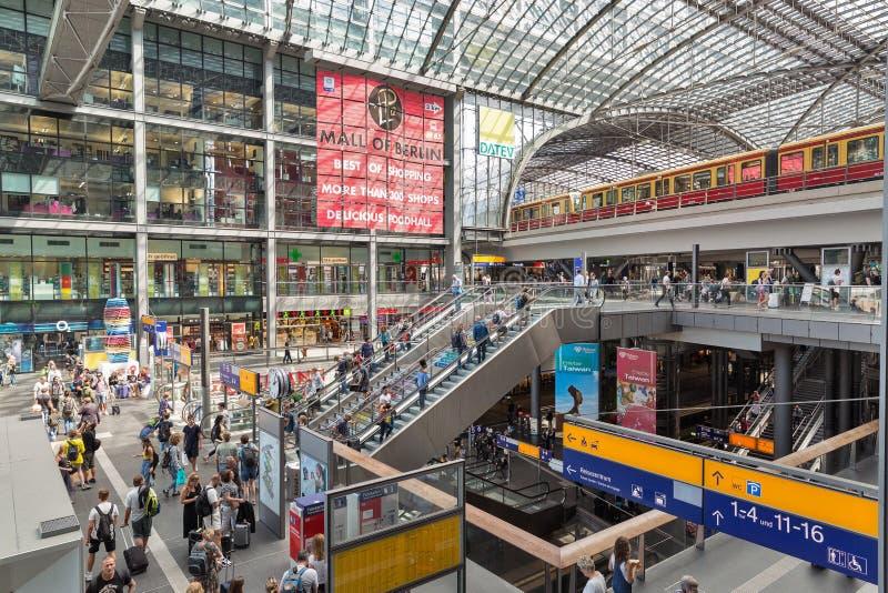 Gare ferroviaire centrale ou Hauptbahnhof à l'intérieur à Berlin, Allemagne photographie stock libre de droits
