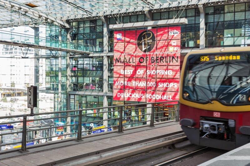 Gare ferroviaire centrale ou Hauptbahnhof à l'intérieur à Berlin, Allemagne photos libres de droits