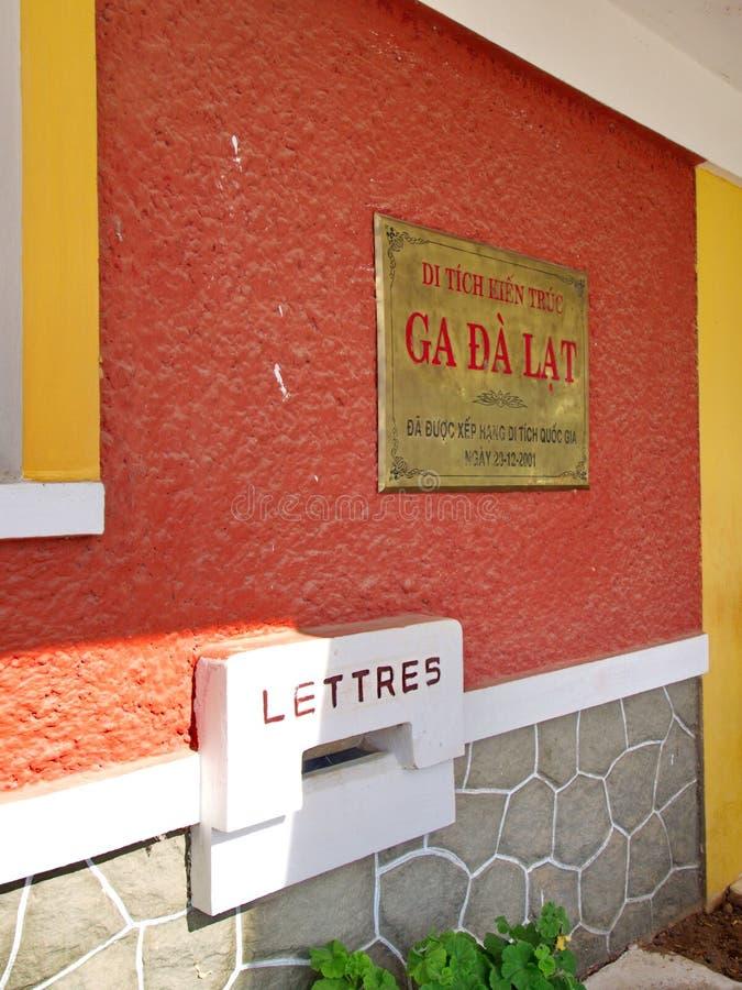 Gare ferroviaire coloniale française de style dans la ville de Lat du DA Voyage dedans photo stock