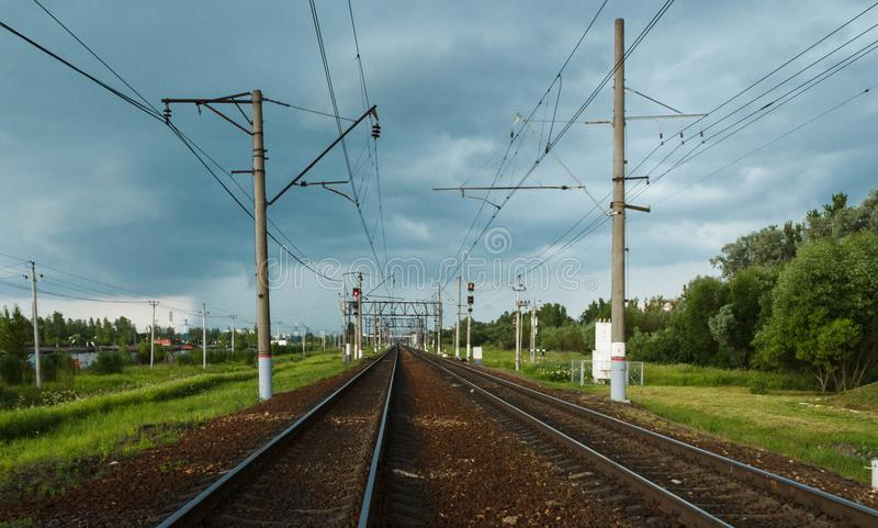 Gare ferroviaire contre le paysage industriel de beau ciel avec les dormeurs nuageux colorés de chemin de fer de ciel bleu de che images libres de droits