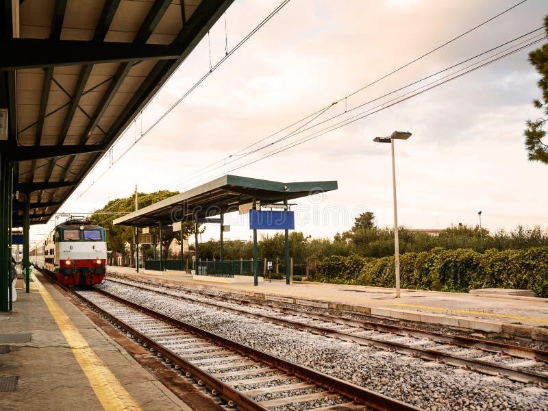 Gare ferroviaire d'une petite ville italienne images libres de droits