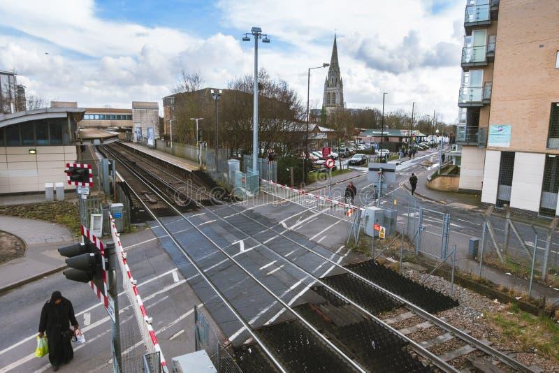 Gare ferroviaire de Feltham avec la vue vers la tour de l'église maintenant-démolie du ` s de St Catherine photo stock