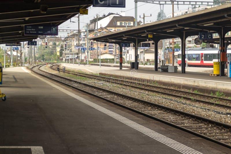 Gare ferroviaire urbaine avec la plate-forme abandonnée images stock