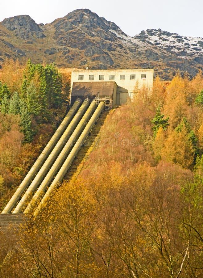 Gare hydraulique et pipes d'énergie électrique. photographie stock