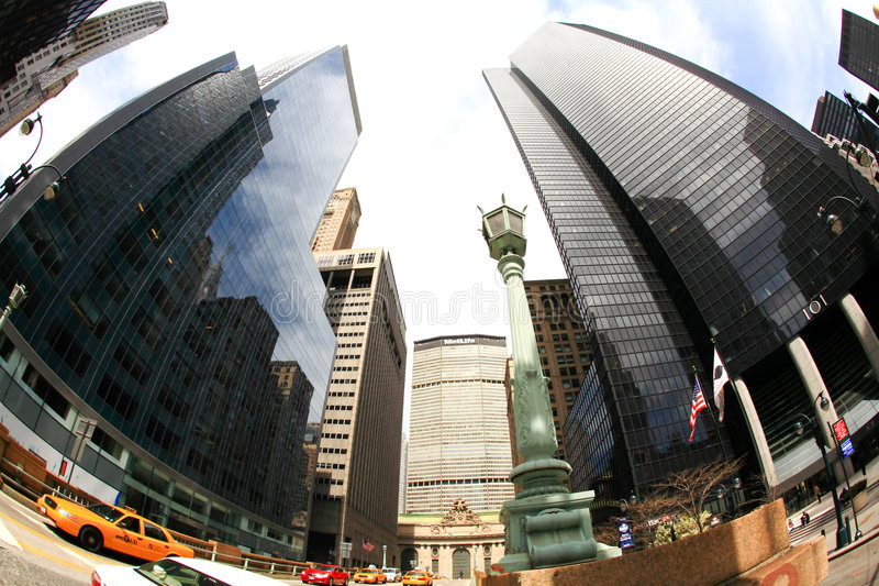 gare proche grande centrale de gratte-ciel photos stock