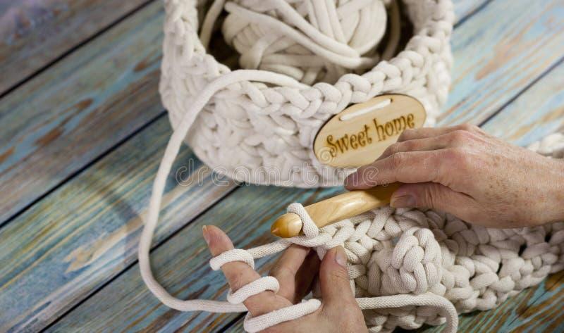 Garens in mand met haaknaalden in harmonische kleuren breien, die levering haken royalty-vrije stock afbeeldingen