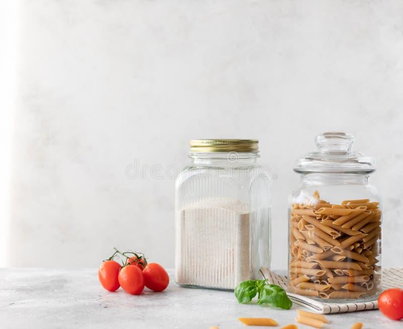 Garens van glas met volkorenmeel en volkorenpasta royalty-vrije stock afbeeldingen
