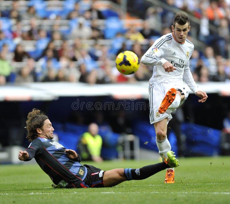 Gareth Bale del Real Madrid golpea la bola con el pie en tentativa de la meta imagenes de archivo