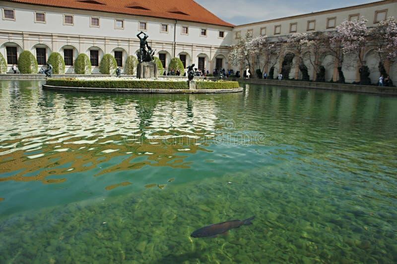 Garez la piscine dans le jardin de Waldstein, strana de Mala, Prague - sénat photographie stock