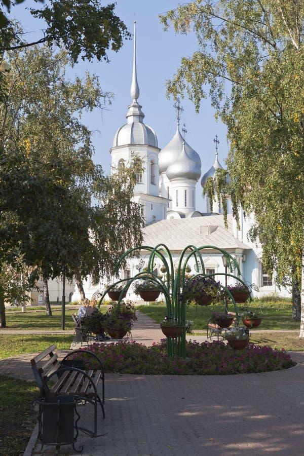 Garez près du prince orthodoxe de temple St Alexander Nevsky dans Vologda photos libres de droits