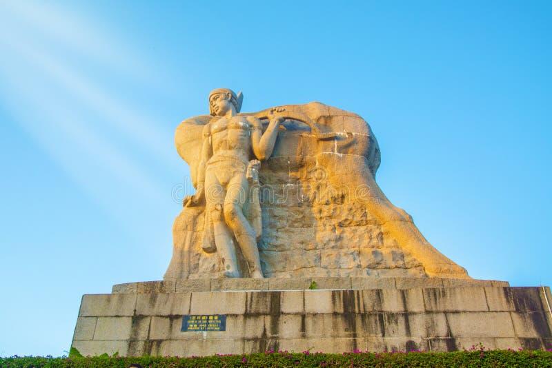 Garez sur une haute montagne en Chine, cerf a tourné sa tête haute statue d'une fille avec un ami une légende nationale photos stock