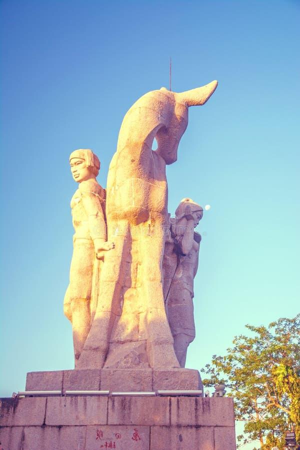 Garez sur une haute montagne en Chine, cerf a tourné sa tête haute statue d'une fille avec un ami une légende nationale photos libres de droits