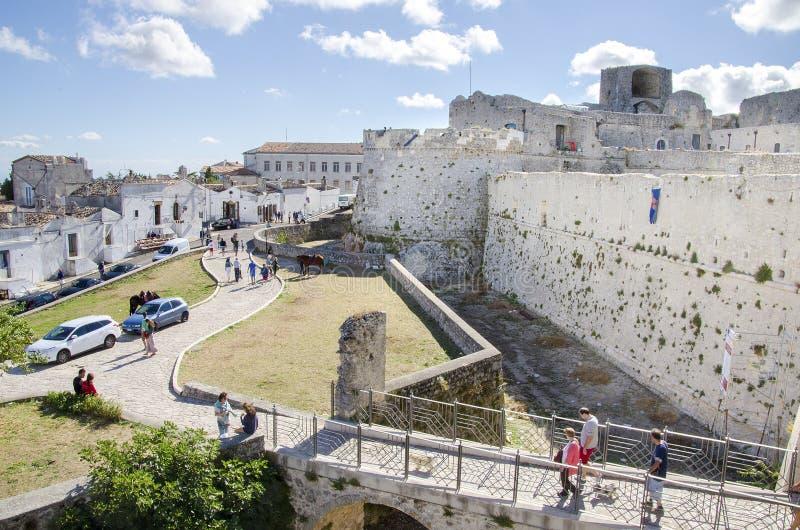 Gargano, Ιταλία στις 17 Αυγούστου 2016 - τοίχοι και τάφρος του κάστρου στοκ εικόνες με δικαίωμα ελεύθερης χρήσης