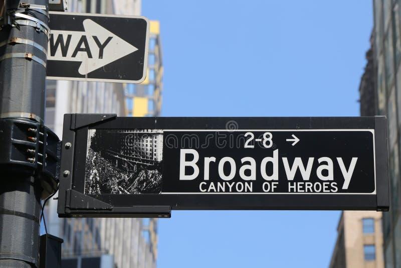 A garganta de Broadway dos heróis assina dentro o Lower Manhattan fotos de stock