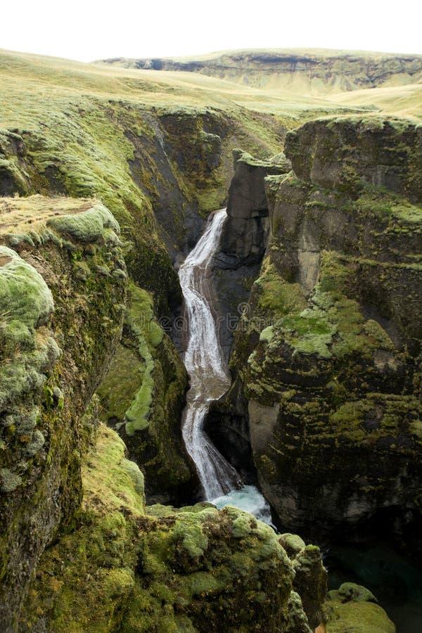Garganta de Fjadrargljufur, Islândia, Islândia sul, vista impressionante verde uma da garganta a mais bonita foto de stock