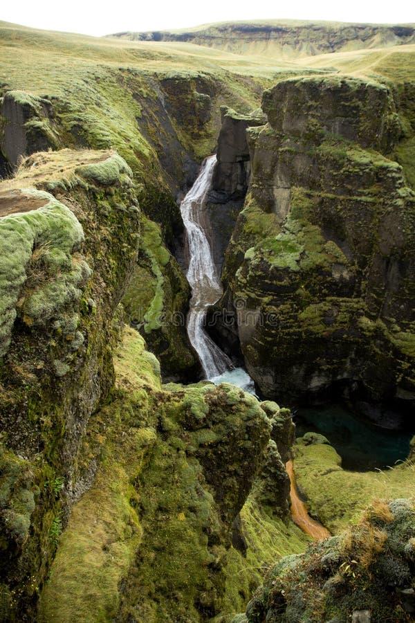 Garganta de Fjadrargljufur, Islândia, Islândia sul, vista impressionante verde uma da garganta a mais bonita imagens de stock royalty free
