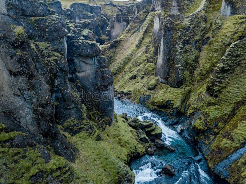 Garganta de Fjadrargljufur, Islândia, Islândia sul, vista impressionante verde uma da garganta a mais bonita foto de stock royalty free