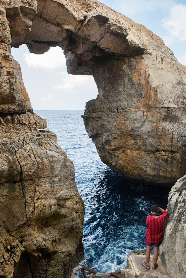 Garganta de Wied IL Mielah, arco natural sobre o mar Gozo, Malta fotografia de stock