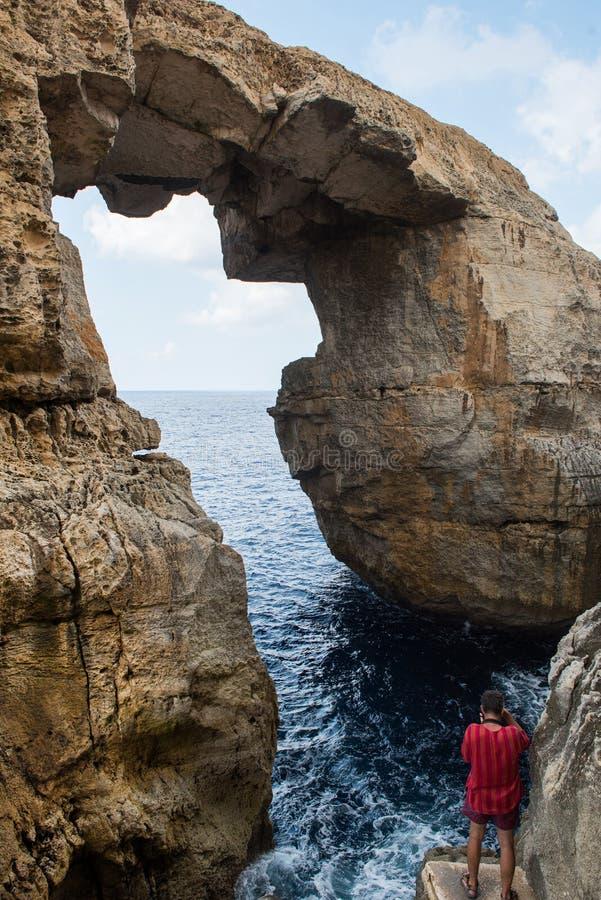 Garganta de Wied IL Mielah, arco natural sobre o mar Gozo, Malta imagem de stock