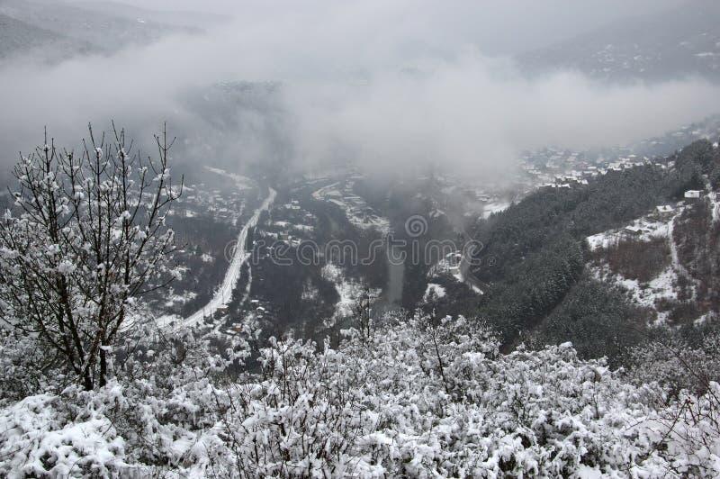 Garganta del río de Iskar, cerca de Svoge, Bulgaria - imagen del invierno imagen de archivo