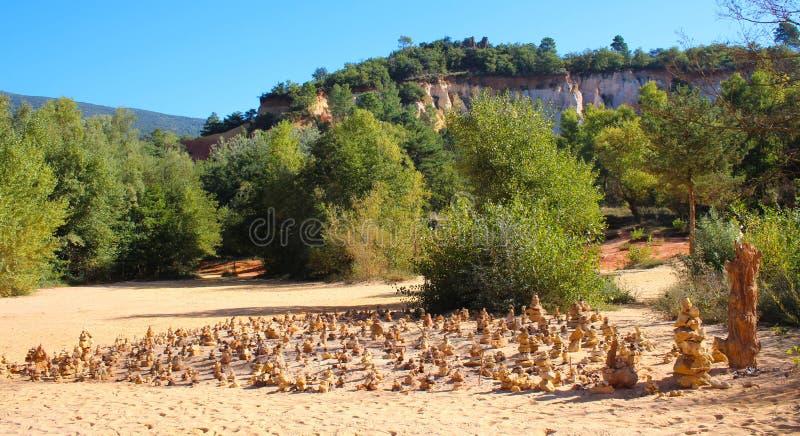 A garganta do ocre perto de Rustrel na área de Luberon em França foto de stock royalty free