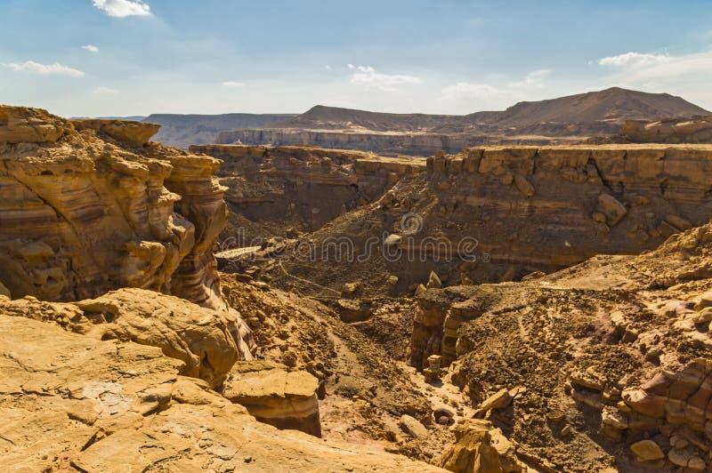 Garganta e deserto contra um céu azul fotografia de stock royalty free