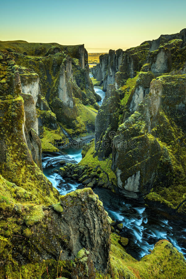 Garganta e rio de Fjadrargljufur em Islândia do sudeste imagens de stock royalty free