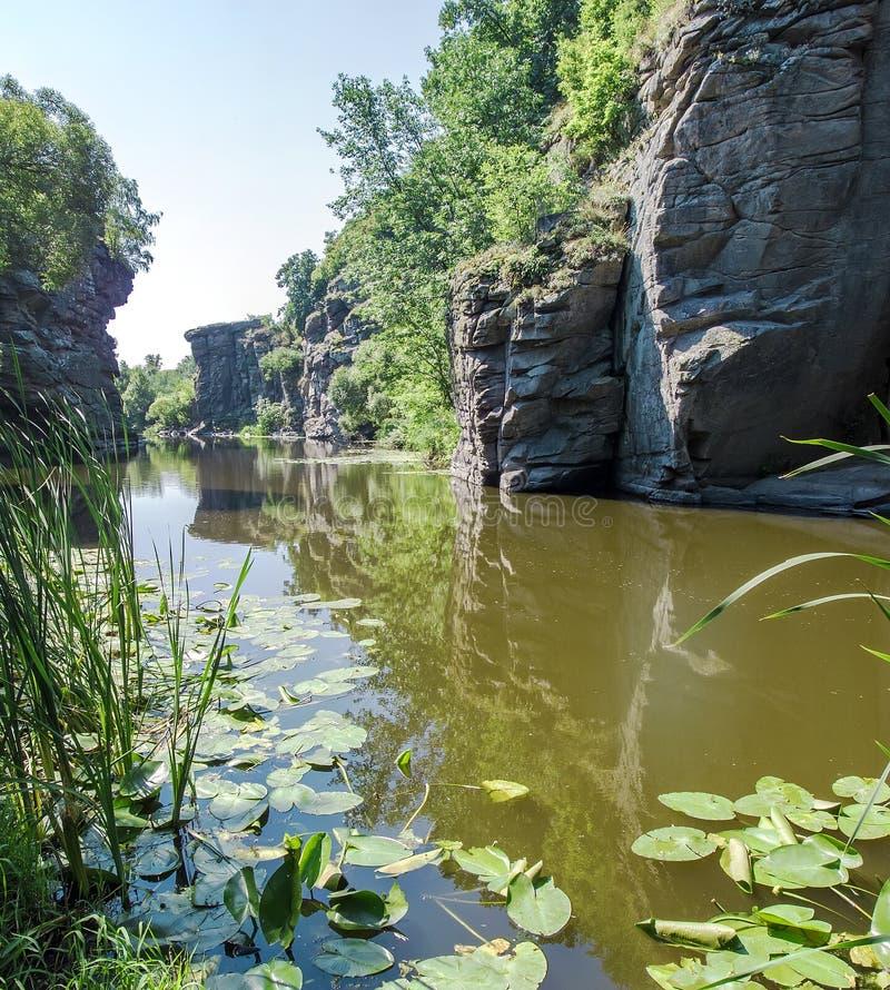 Garganta na região de Cherkassy, Ucrânia de Buky Montanha Tik do rio fotografia de stock