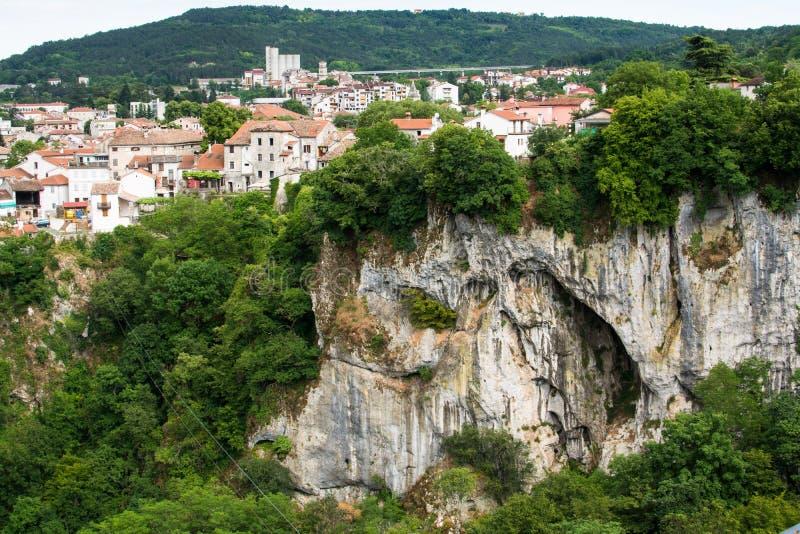 Garganta Pazinska Jama, montanhas e vista aérea de distritos velhos de Pazin, Croácia fotos de stock royalty free