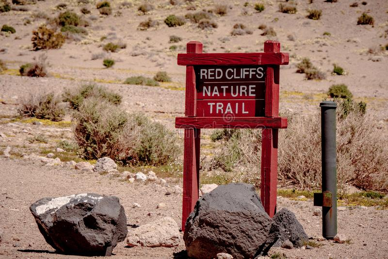 Garganta vermelha da rocha em Calif?rnia - MOJAVE CA, EUA - 29 DE MAR?O DE 2019 fotos de stock