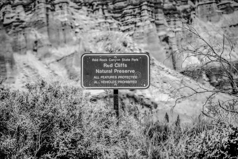 Garganta vermelha da rocha em Calif?rnia - MOJAVE CA, EUA - 29 DE MAR?O DE 2019 imagens de stock