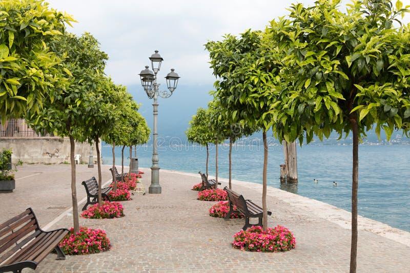 gargnano湖边散步的美好的消遣地方有长凳和灯笼的 库存图片