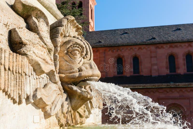 Gargouille bij een fontein op een vierkant in Wormen, Duitsland royalty-vrije stock foto
