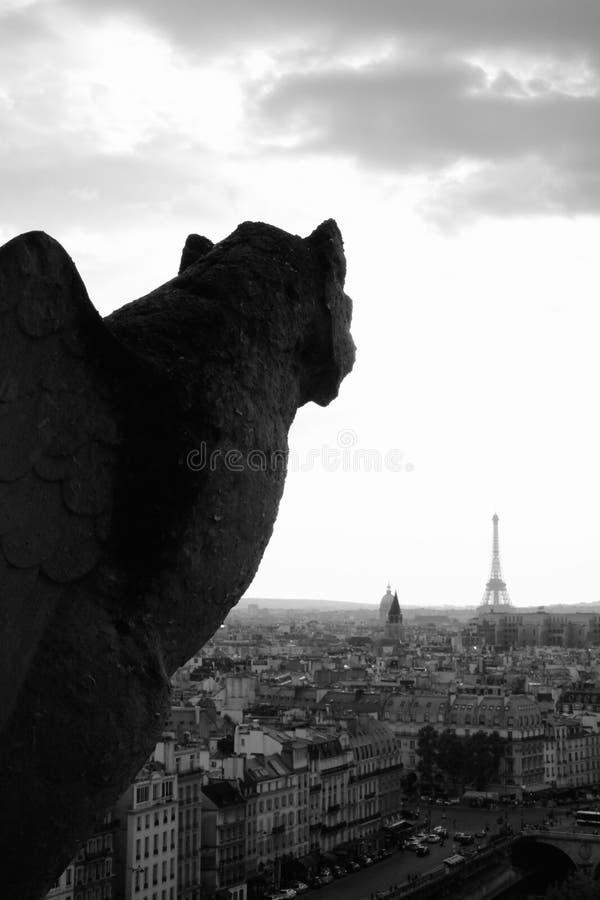 Gargouille observant au-dessus de Tour Eiffel photographie stock
