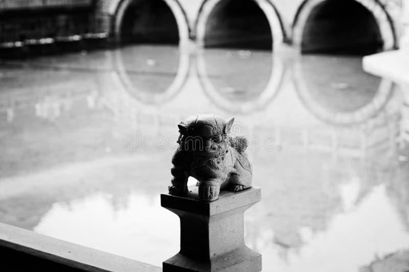 gargouille op de brug en waterbezinningsachtergrond - Yuantong-Tempel royalty-vrije stock afbeeldingen