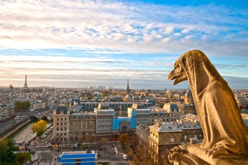 Gargouille sur le Notre Dame de Paris photographie stock libre de droits