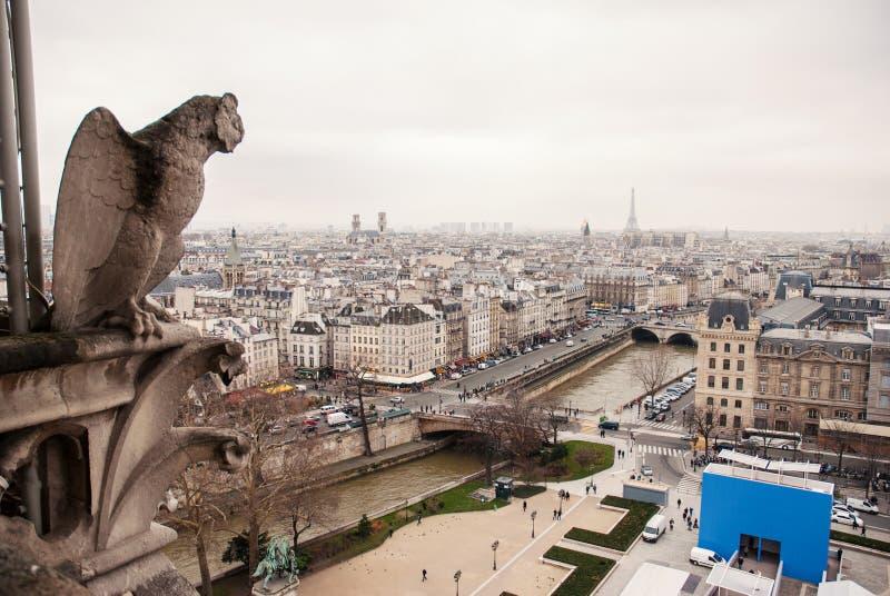 Gargouilles de Paris sur l'église de Notre Dame Cathedral image stock
